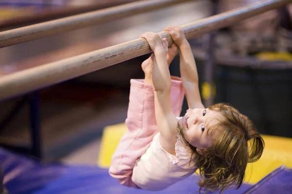 bambina scala uno scivolo