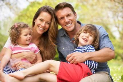 mamma papà e figli nella natura
