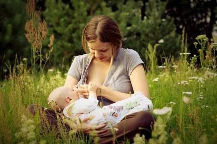 donna allatta nella natura