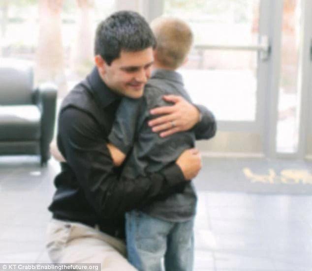 alfred manero e bimbo si abbracciano