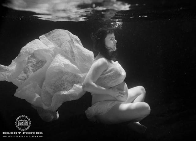 madre con vestito sotto superficie acqua