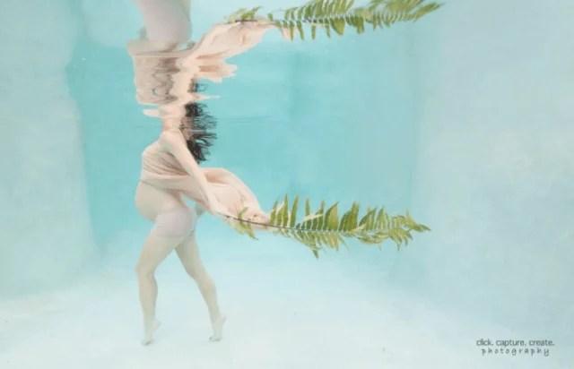 donna con pancione cammina sott acqua