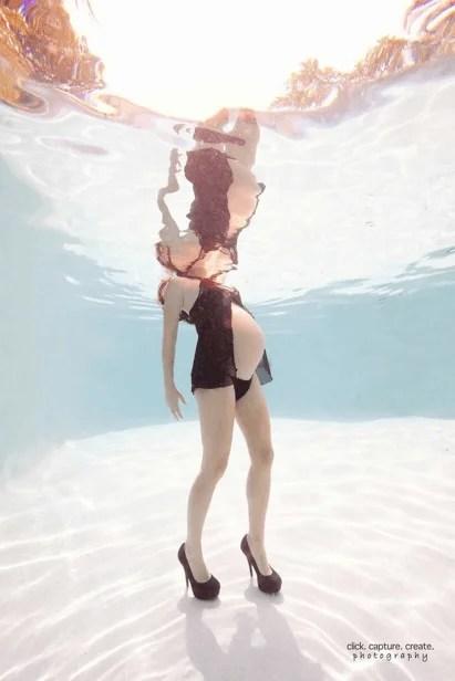mamma con pancione e tacchi sott acqua