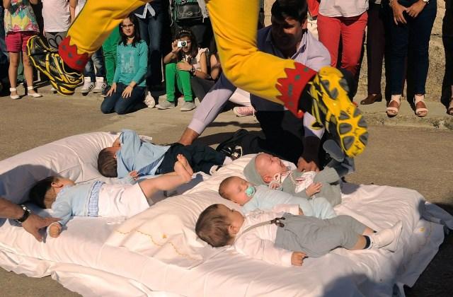 Un uomo salta 2 file di neonati