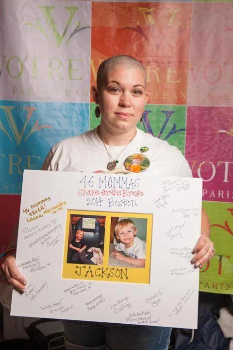 mamma taglia i capelli per lottare contro cancro bimbo