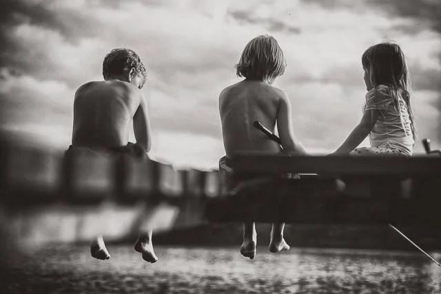 bambini seduti su legno