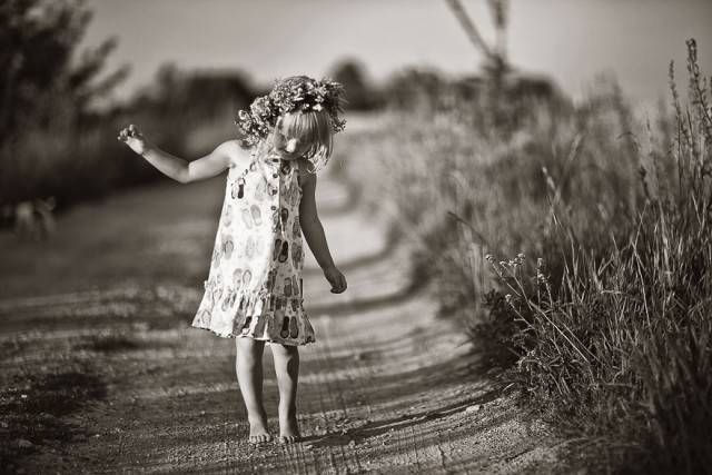 bambina cammina