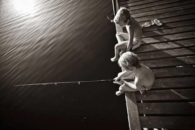 bambini pescano