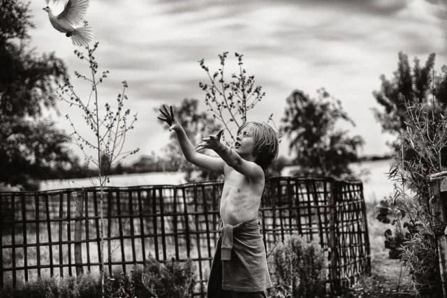 bimba gioca in giardino