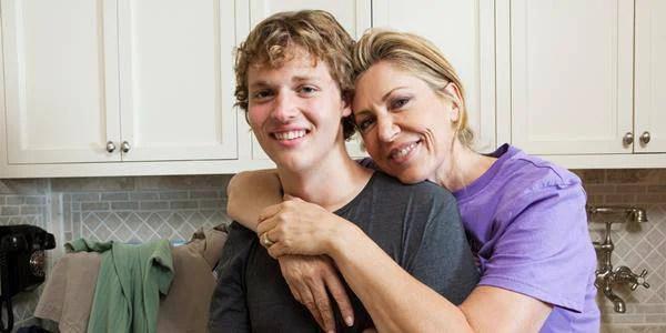 madre abbraccia il figlio