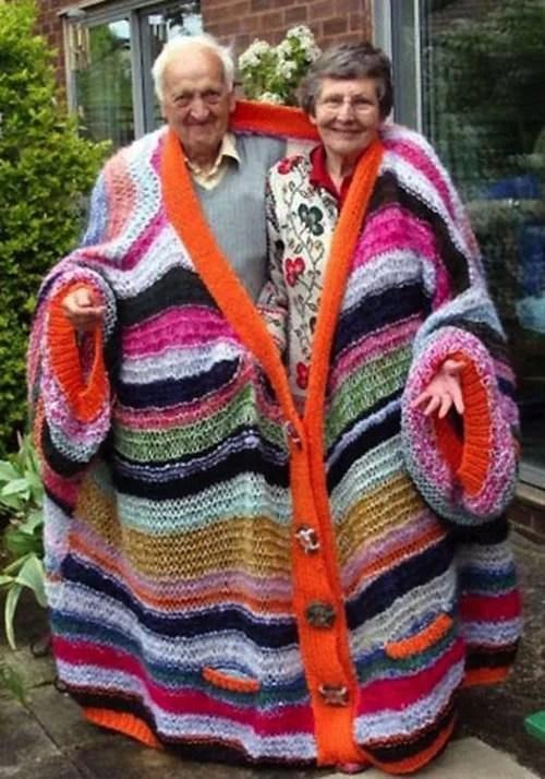 coppia anziana sotto una coperta