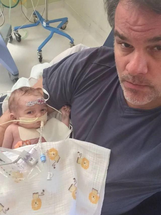 neonato malato in braccio padre