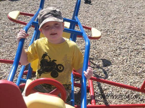 bimbo gioca al parco
