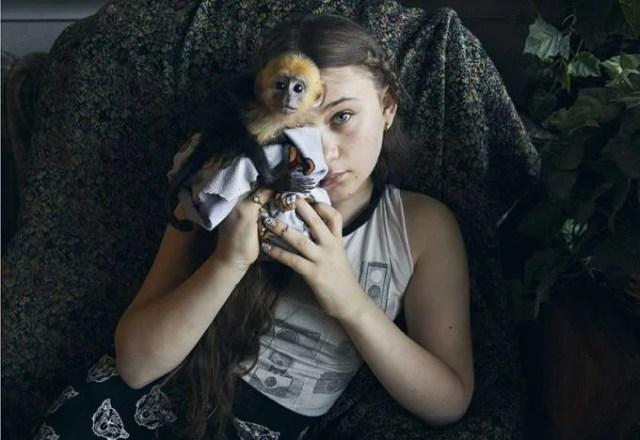 bambina con scimmia