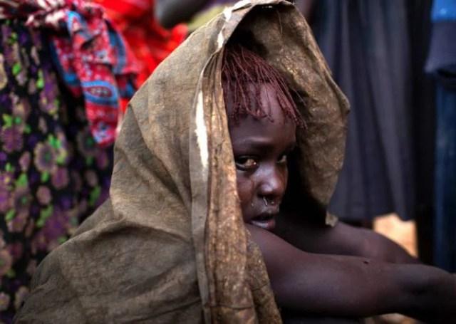 ragazza africana piange