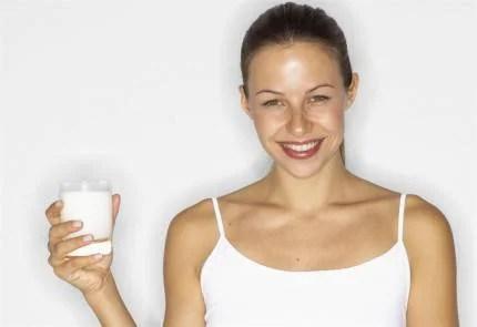 donna beve latte