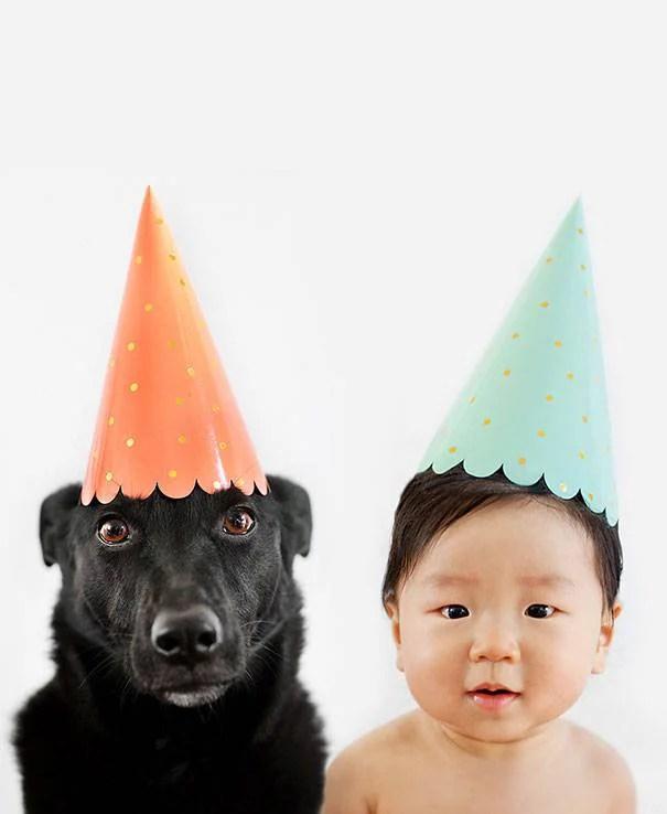 bimbo e cane con cappello festa