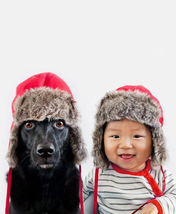 bimbo e cane con cappello invernale