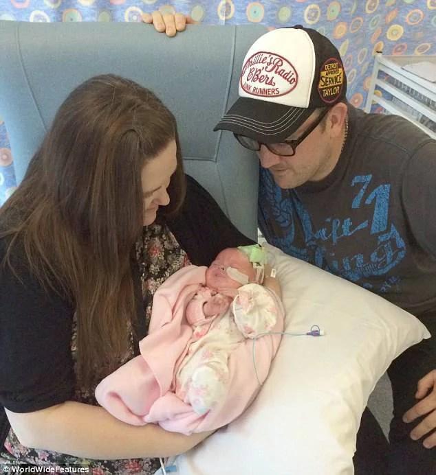 genitori e neonata