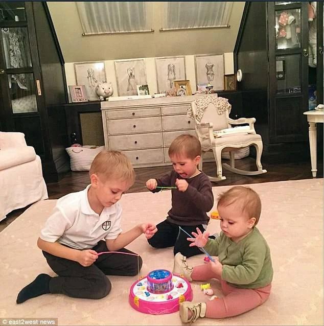 tre bimbi giocano