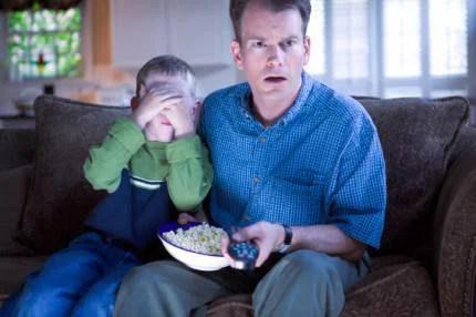 figlio e padre guardano la tv