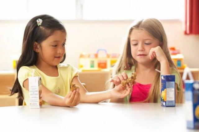 bambini dividono cibo
