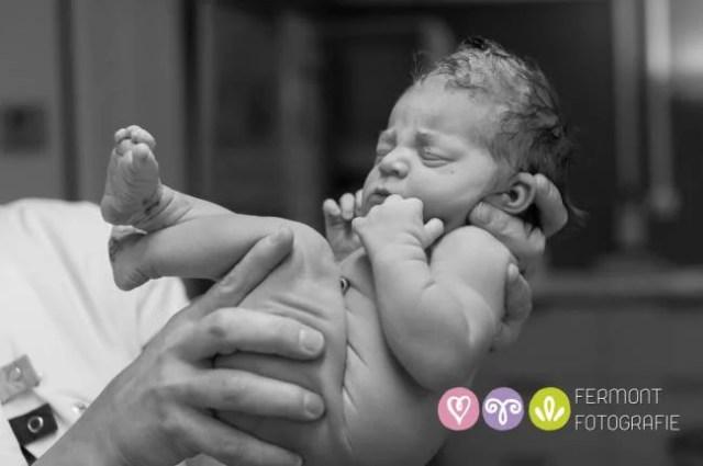 neonato dorme braccia papà