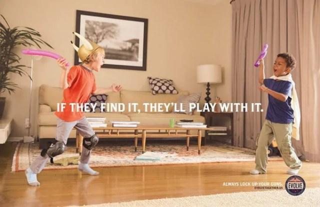 piccoli giocano con palloncini