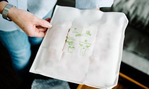 Packaging hecho de papel soluble en agua e impregnado en jabón. Diseño sostenible.