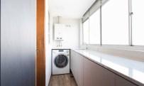 A área de serviço é um longo corredor, com armários também na cor cinzaFoto: Marcelo Donadussi / Divulgação Leia mais: https://oglobo.globo.com/ela/decoracao/cozinha-preta-iluminacao-cenica-sao-detalhes-que-dao-sofisticacao-apartamento-de-solteiro-21351321#ixzz4hb2hOLe0 stest