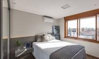 O quarto principal segue o mesmo estilo, aquecido pelos perfis em madeira da janelaFoto: Marcelo Donadussi / Divulgação Leia mais: https://oglobo.globo.com/ela/decoracao/cozinha-preta-iluminacao-cenica-sao-detalhes-que-dao-sofisticacao-apartamento-de-solteiro-21351321#ixzz4hb3BjJMC stest
