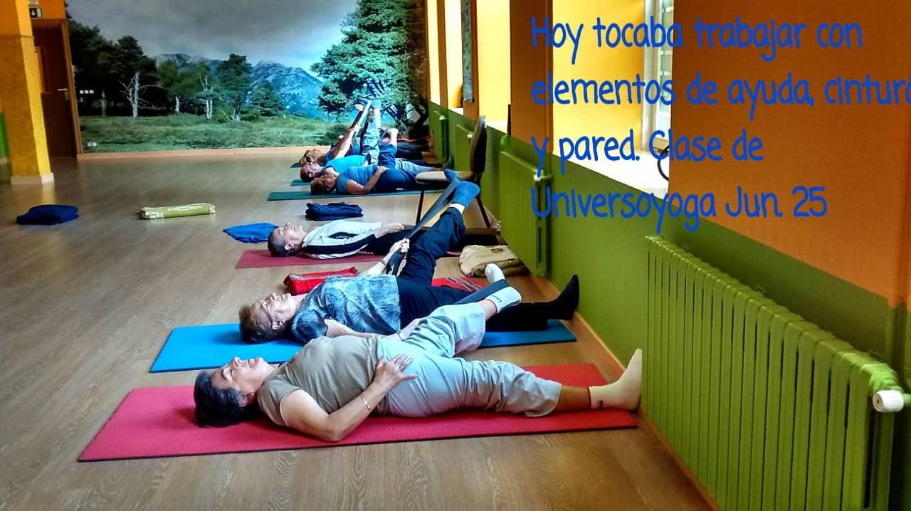 Practicando asanas de yoga