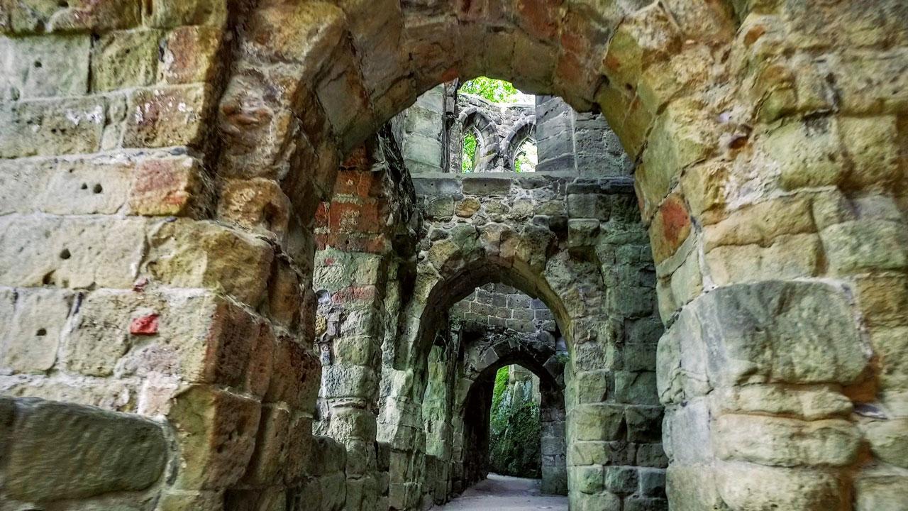 Mystische Ruinen einer alten Burg und Klosteranlage in