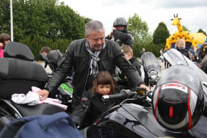 Michael Geisler, motorradfahrender Landrat, mit seiner Sozia.