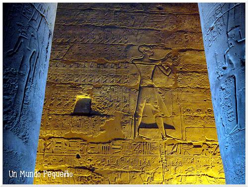 Columnas y muros grabados con jeroglíficos