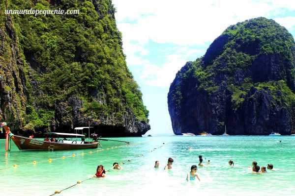 Gente nadando en Maya Bay