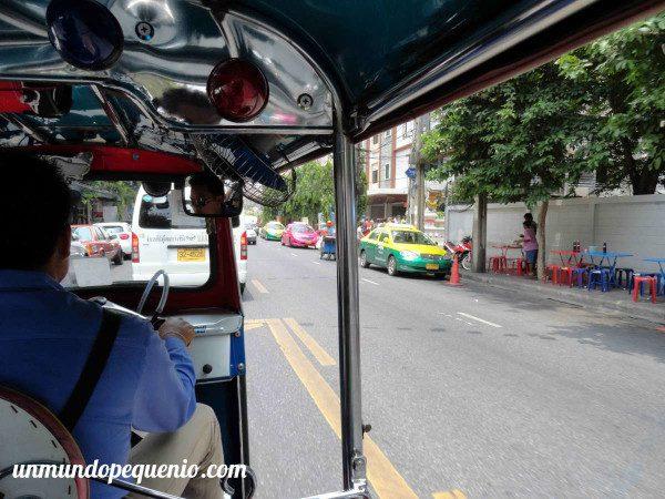 Fila de taxis de Bangkok vistos desde un tuk tuk