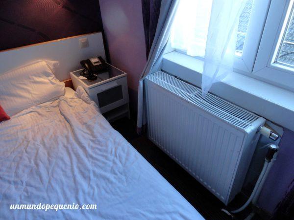 Cama y radiador Sun Hotel Bruselas