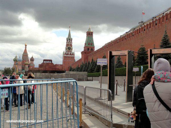 Fila y detector de metales para entrar al Mausoleo de Lenin