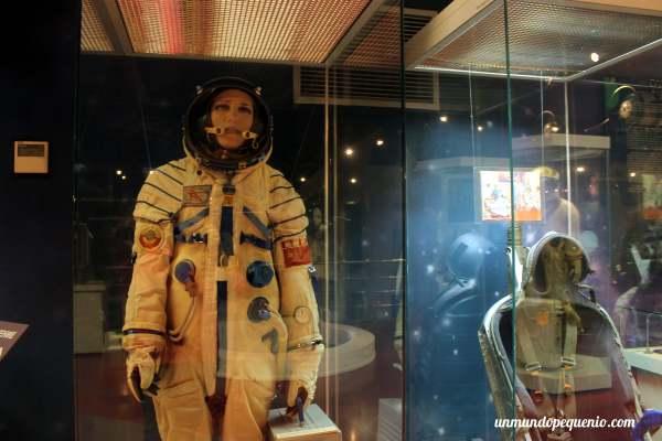 Traje espacial de mujer astronauta