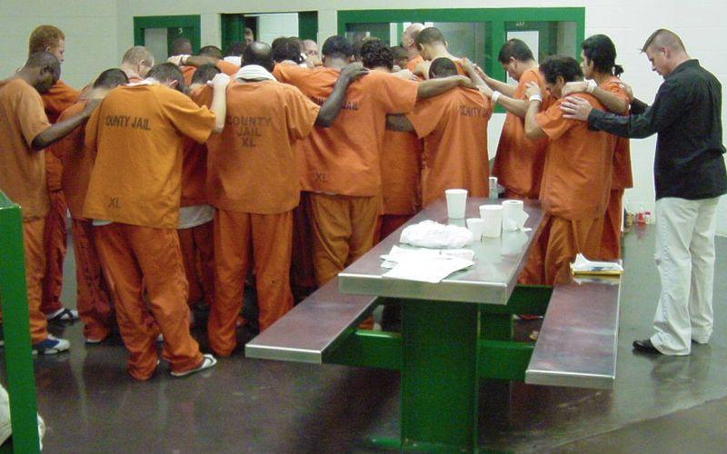 EE.UU.: SE ABRE TEMPLO DENTRO DE PRISIÓN Y PRESOS SE CONVIERTEN