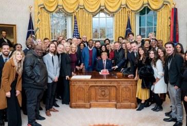 Pastores, líderes de adoración oran por Trump en la Oficina Oval en medio de una pelea de destitución