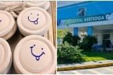 Los trabajadores del hospital escriben frases de esperanza en las cajas de los pacientes y las fotos se vuelven virales
