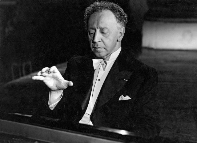 arthur-rubinstein at the piano