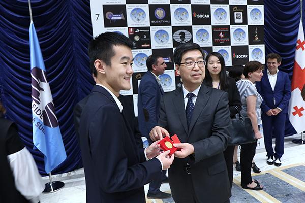 FIDE World CUP 2017 - Ding Liren premiato (medaglia)