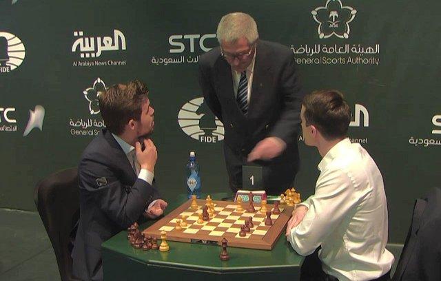 Carlsen-Inarkiev discutono con l'arbitro