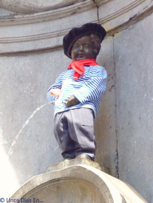 Manneken Pis dressed like a French