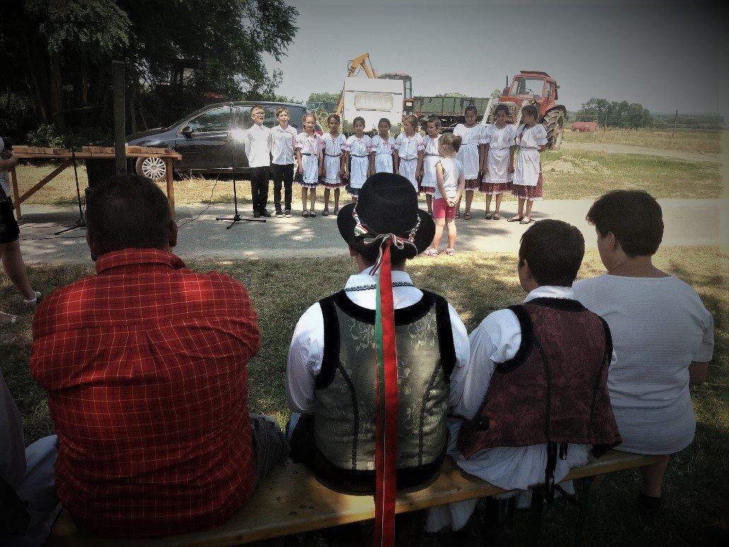 kids singing at the buffalo day in Balatonmayaród
