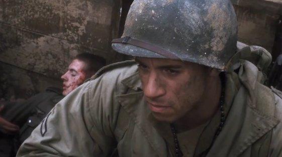 Vin Diesel, casque M1 sur la tête, dans Il faut sauver le soldat Ryan.  La carrière cinématographique de cet homme sera bientôt victime d'un choix de carrière embusqué.