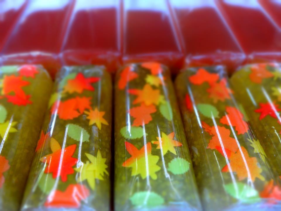 山形産の紅玉林檎の「晩秋」と、目に鮮やかな紅葉をモチーフにした栗羊羹「紅葉」(朔菓子11月)